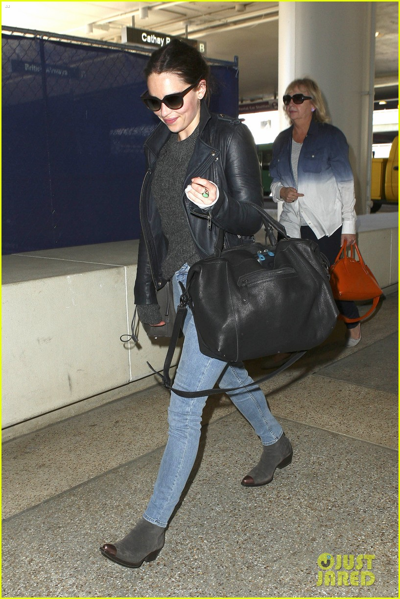 emilia clarke flies out of town after emmys loss 092958966