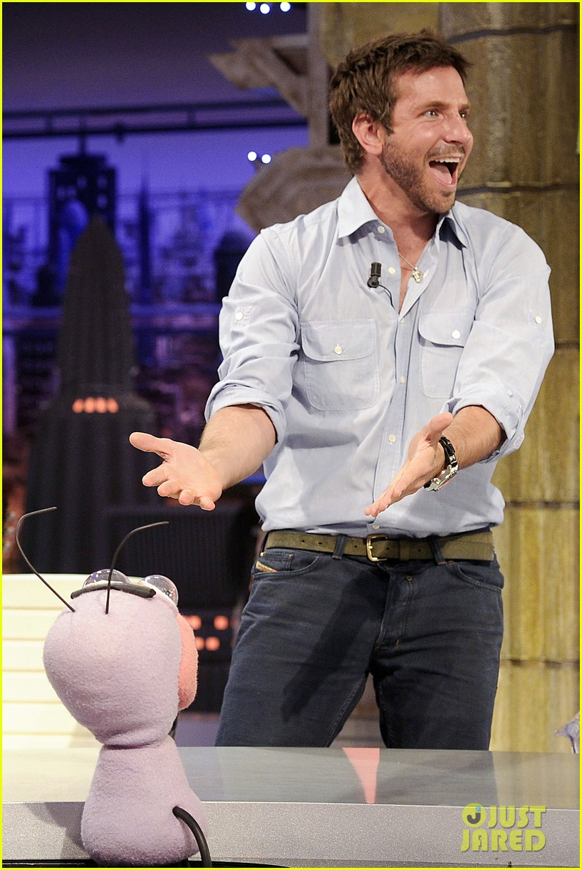 bradley cooper shoots hoops on el hormiguero 06