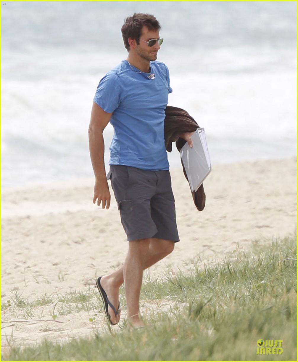 bradley cooper shirtless relaxing beach stud in hawaii 012952276