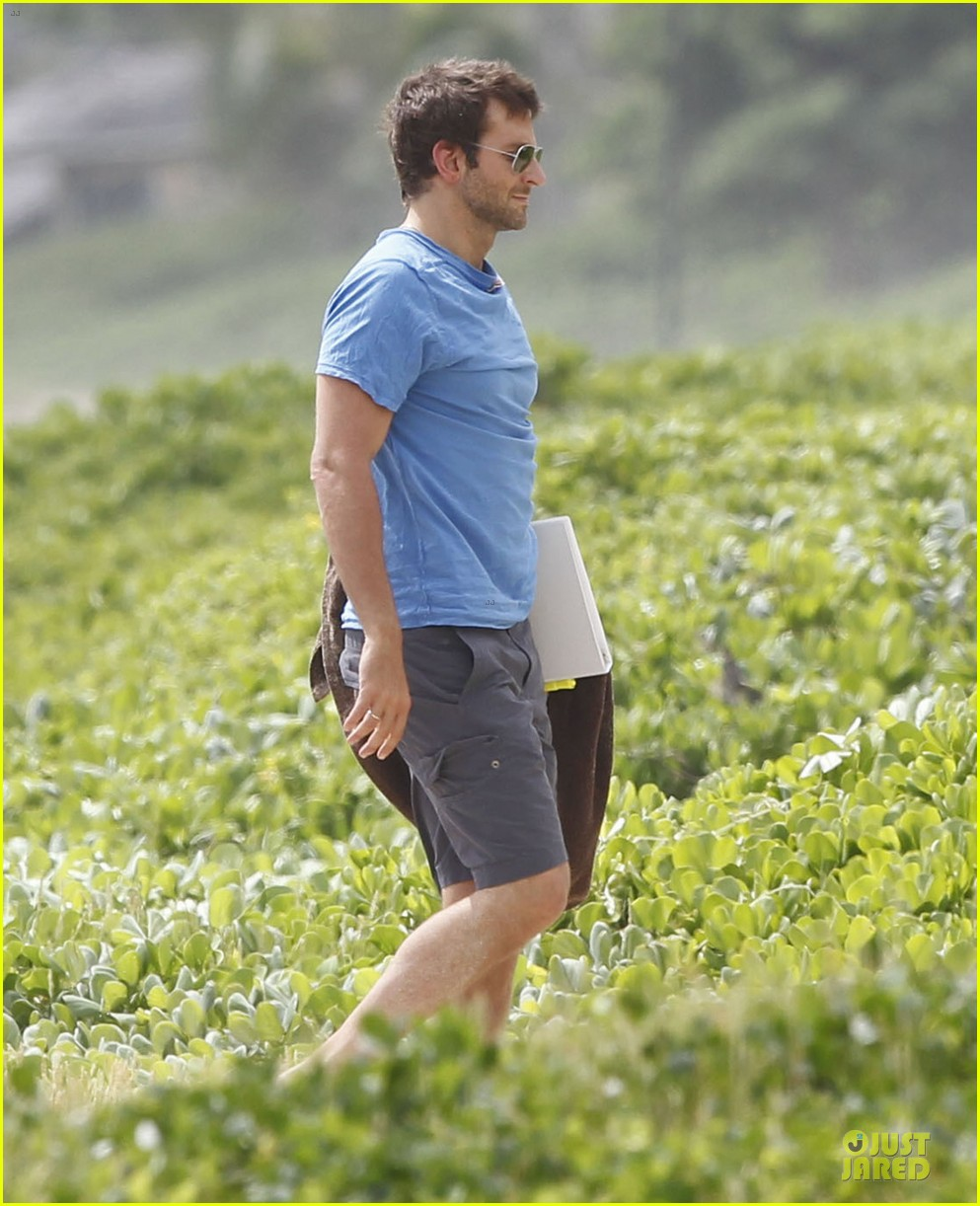 bradley cooper shirtless relaxing beach stud in hawaii 032952278
