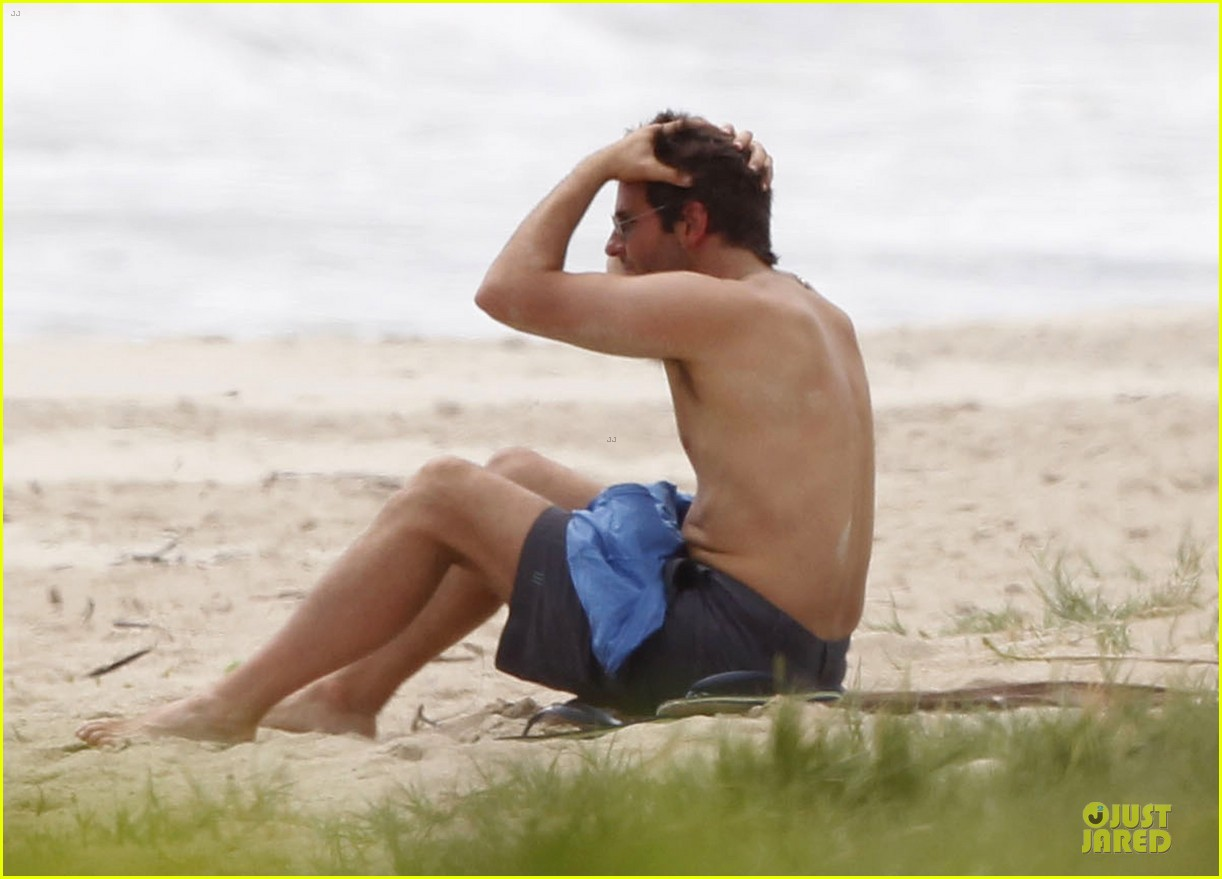 bradley cooper shirtless relaxing beach stud in hawaii 122952287