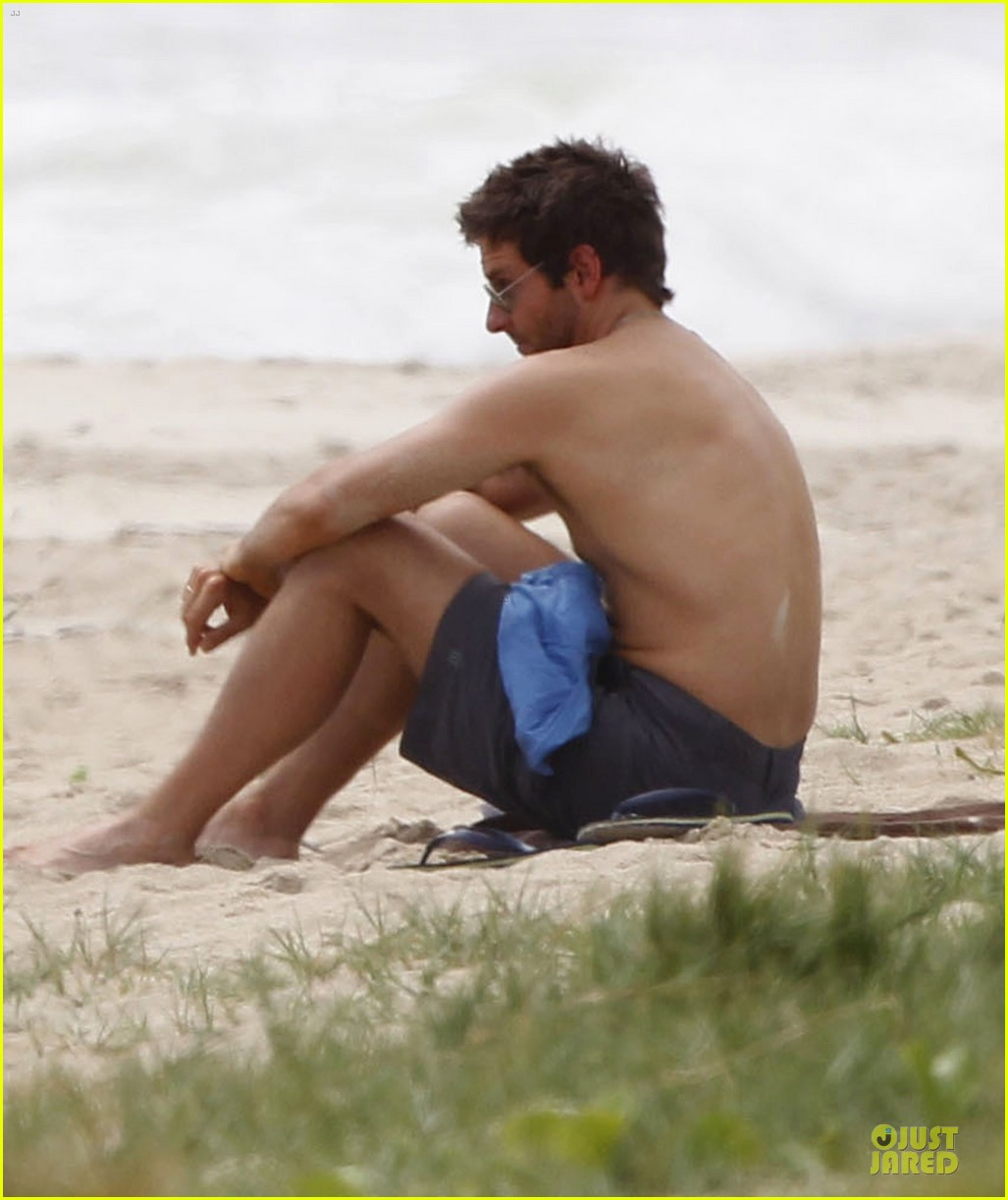 bradley cooper shirtless relaxing beach stud in hawaii 132952288