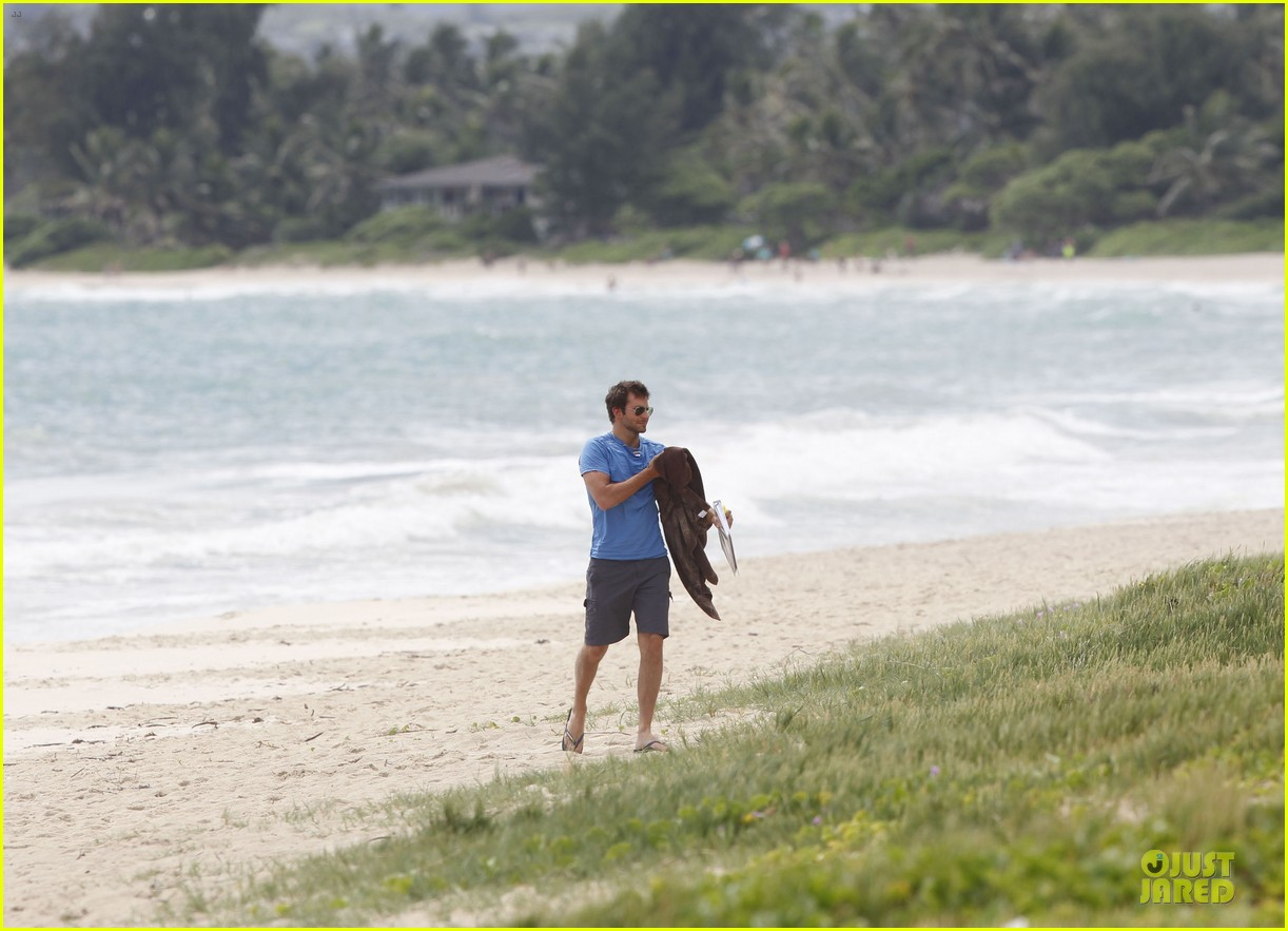 bradley cooper shirtless relaxing beach stud in hawaii 152952290