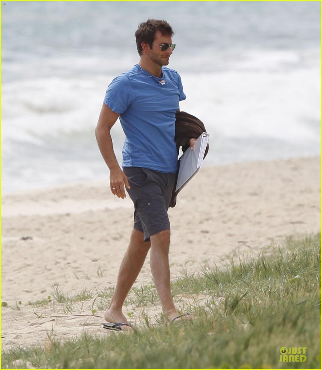 bradley cooper shirtless relaxing beach stud in hawaii 162952291
