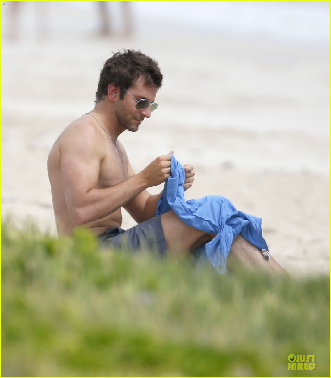 bradley cooper shirtless relaxing beach stud in hawaii 202952295