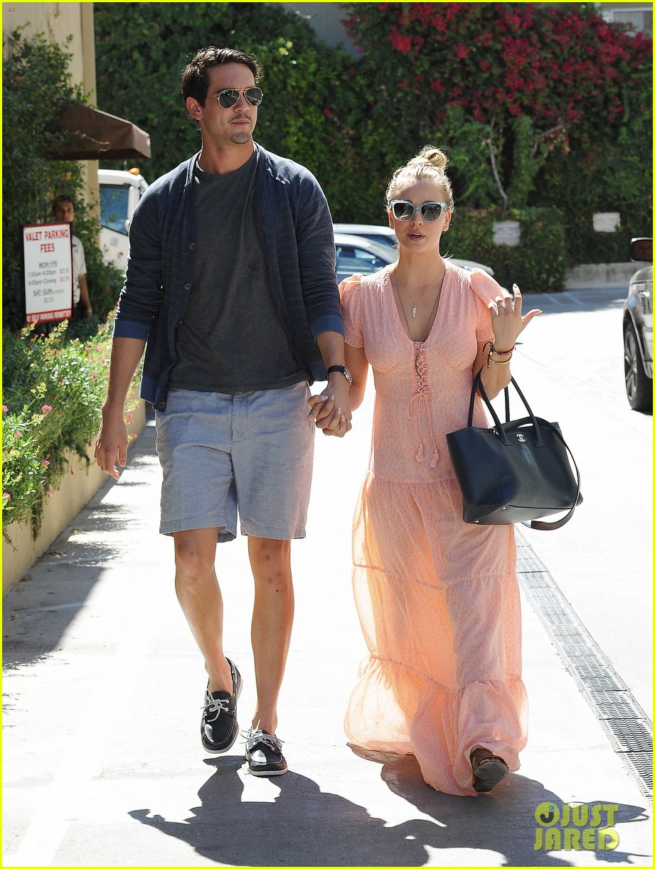 kaley cuoco fiance ryan sweeting hold hands at lunch 012961891