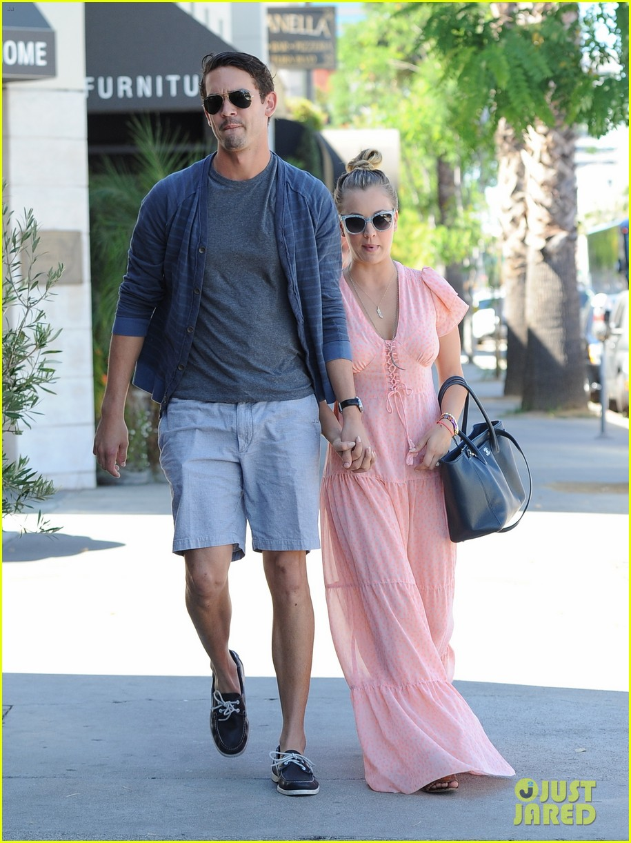 kaley cuoco fiance ryan sweeting hold hands at lunch 02