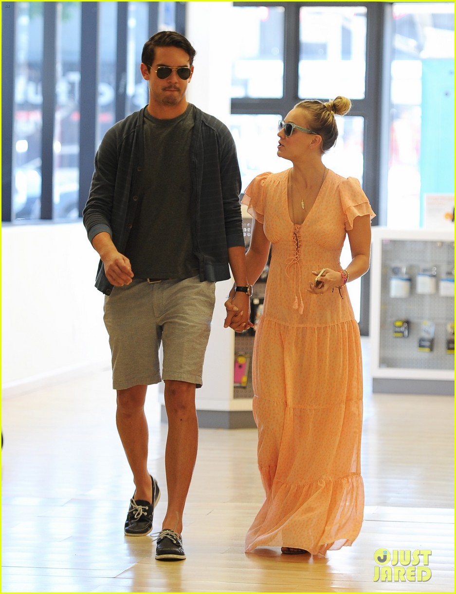 kaley cuoco fiance ryan sweeting hold hands at lunch 072961897