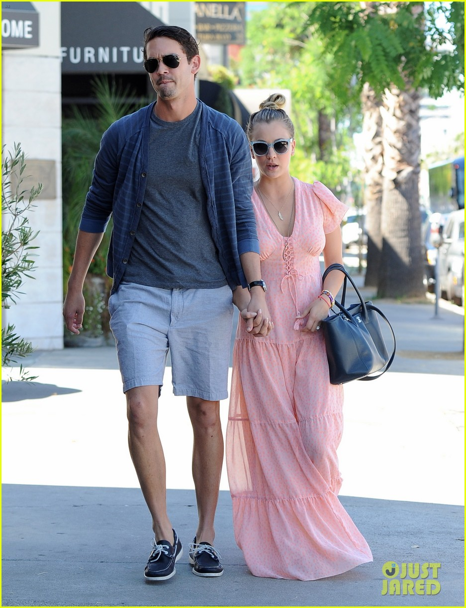 kaley cuoco fiance ryan sweeting hold hands at lunch 092961899