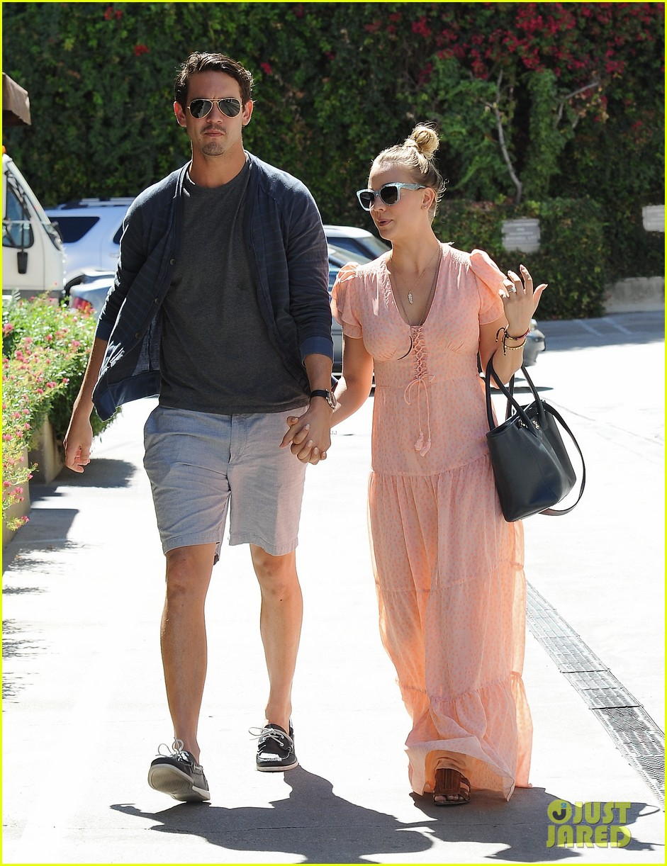 kaley cuoco fiance ryan sweeting hold hands at lunch 142961904