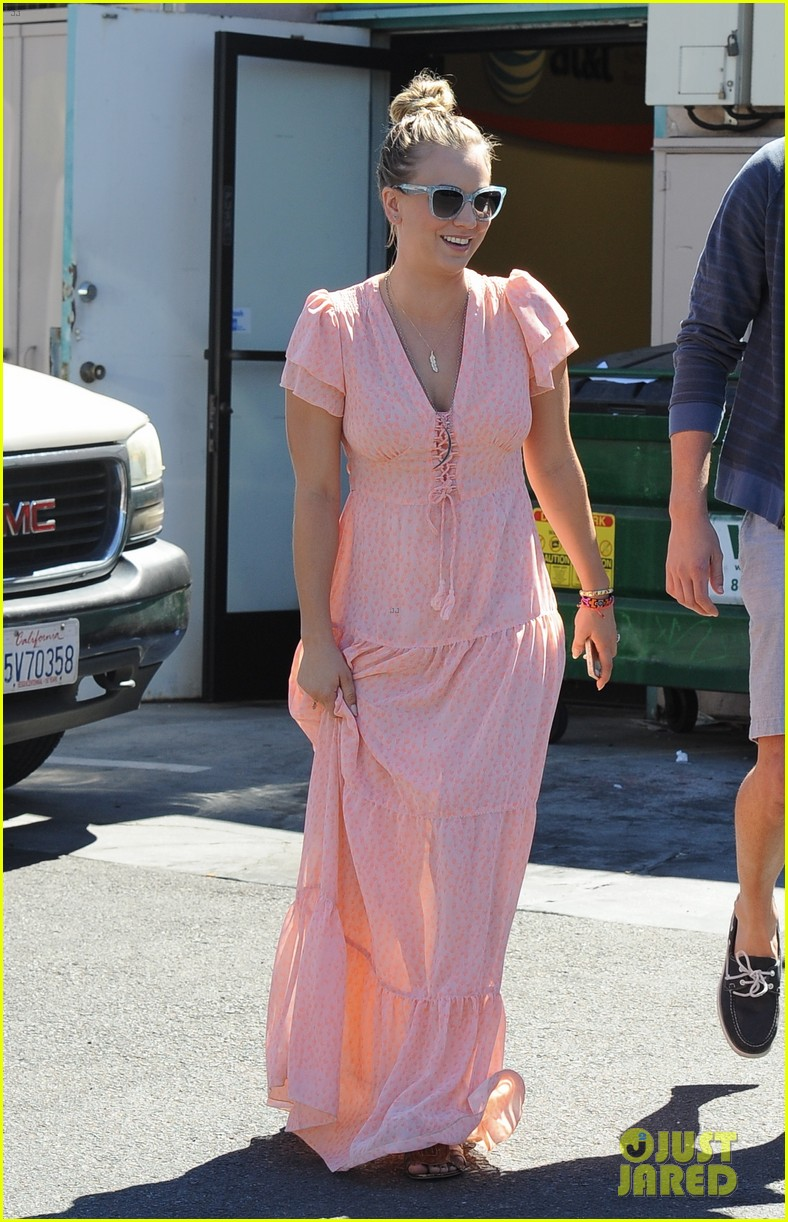 kaley cuoco fiance ryan sweeting hold hands at lunch 152961905