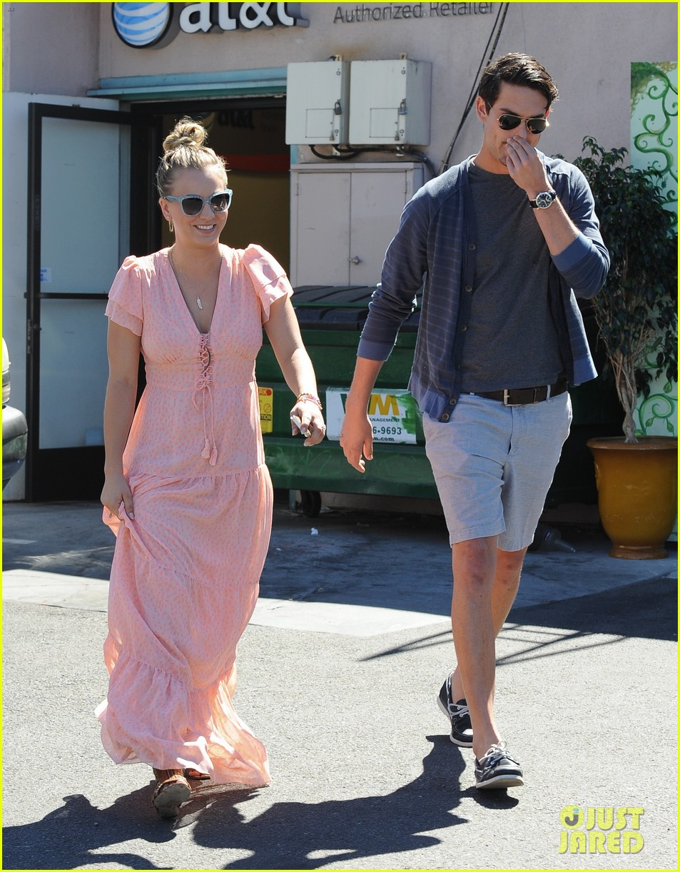 kaley cuoco fiance ryan sweeting hold hands at lunch 162961906