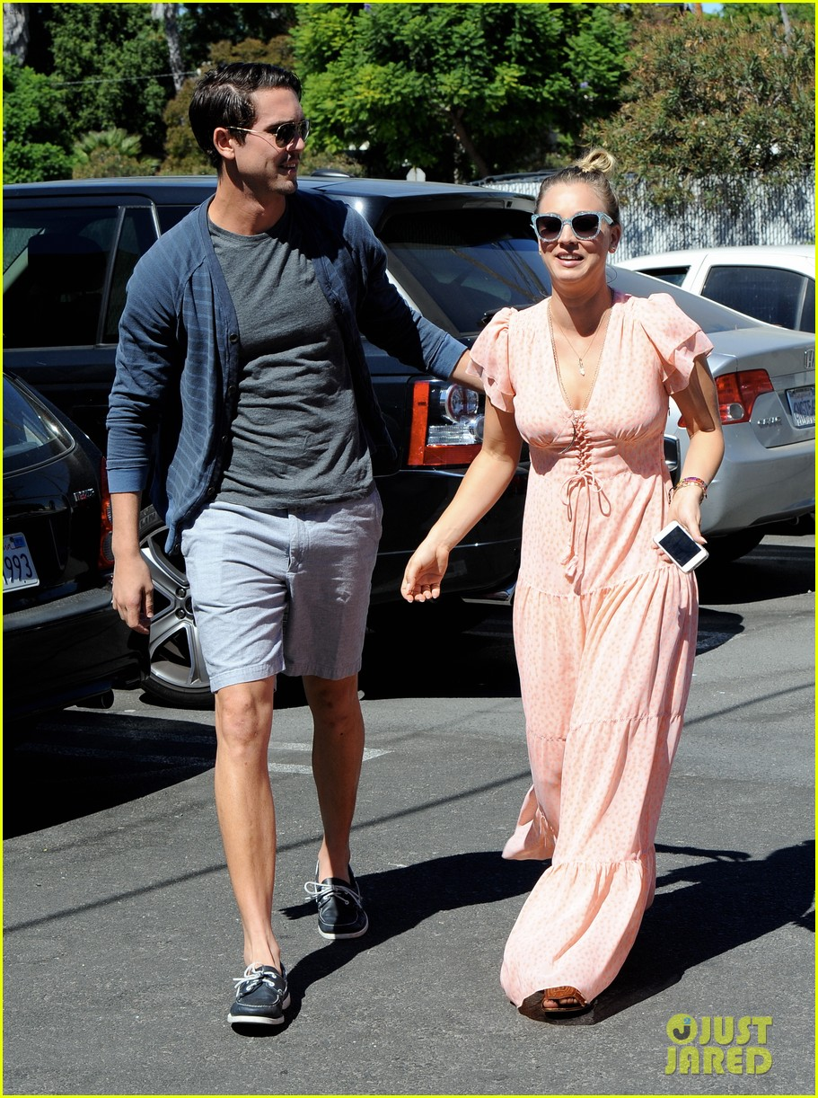 kaley cuoco fiance ryan sweeting hold hands at lunch 202961910
