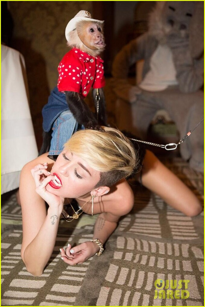 miley cyrus twerks with monkey on her back photo 012959109