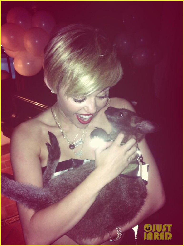 miley cyrus twerks with monkey on her back photo 042959112