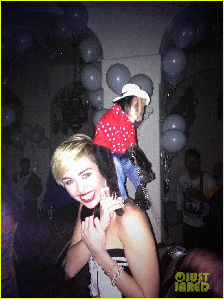 miley cyrus twerks with monkey on her back photo 052959113