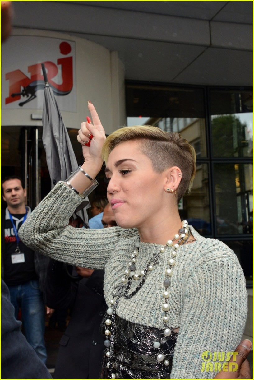 miley cyrus steps out in paris before wrecking ball premiere 012948061