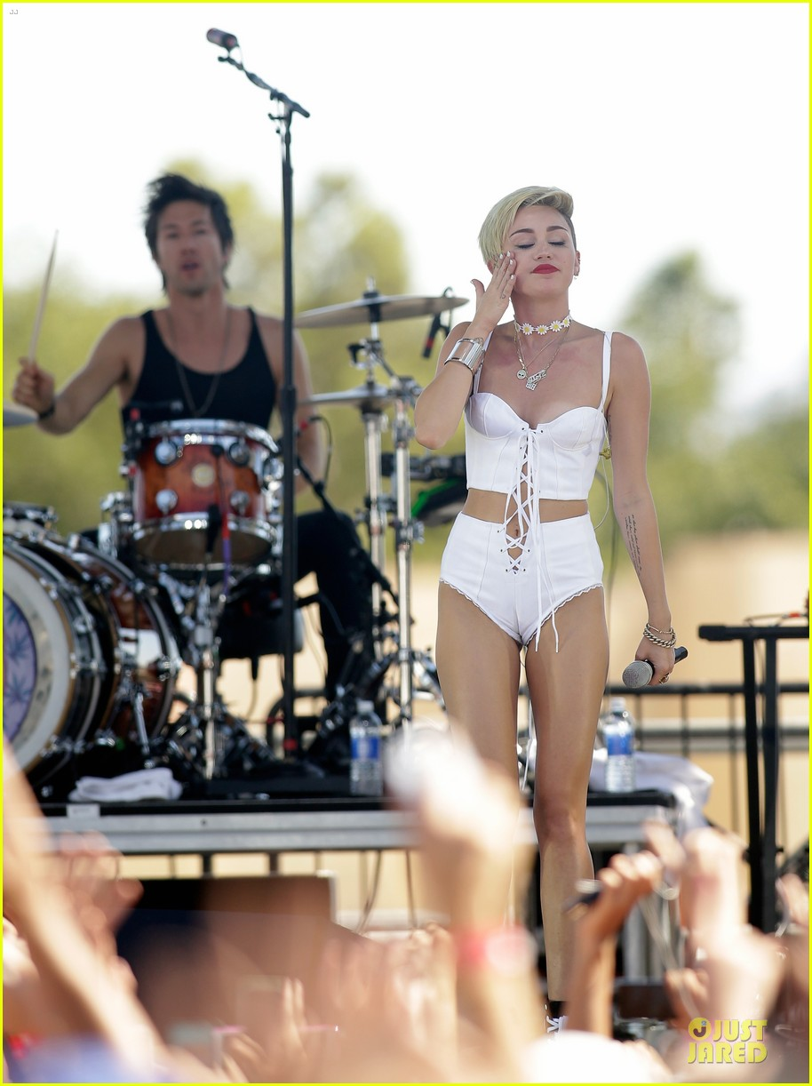miley cyrus flaunts body at iheart radio music festival village 11