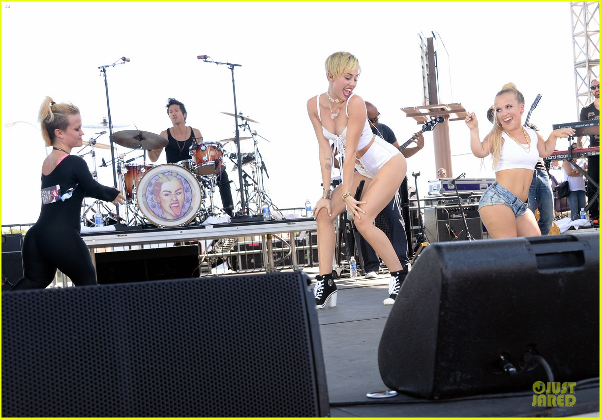 miley cyrus flaunts body at iheart radio music festival village 132956833