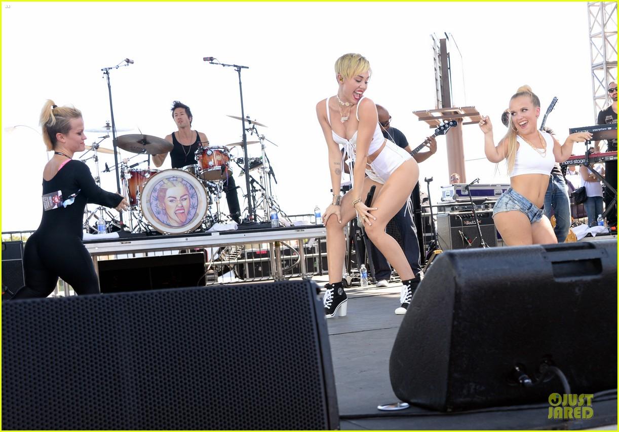 miley cyrus flaunts body at iheart radio music festival village 132956833