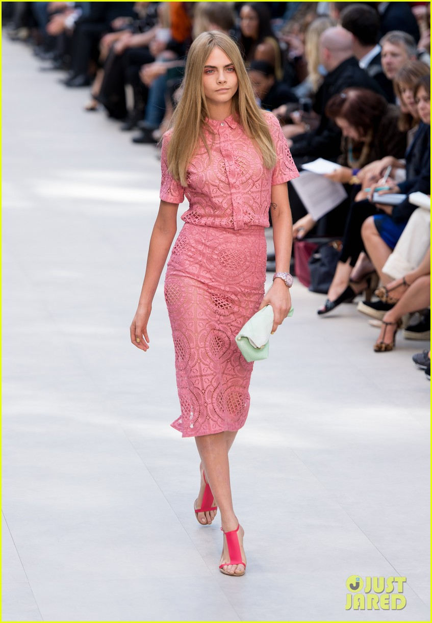 cara delevingne jourdan dunn walk in burberry show 042953480