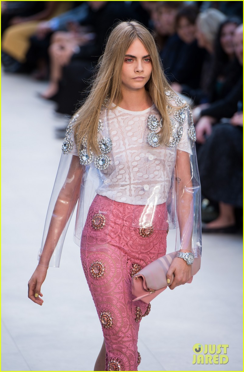 cara delevingne jourdan dunn walk in burberry show 082953484