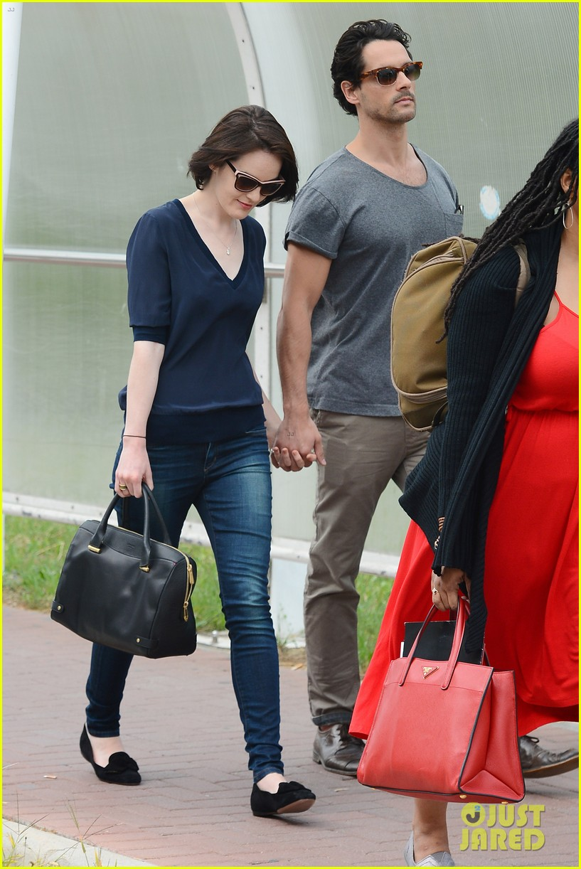 michelle dockery new boyfriend hold hands at venice airport 032941765