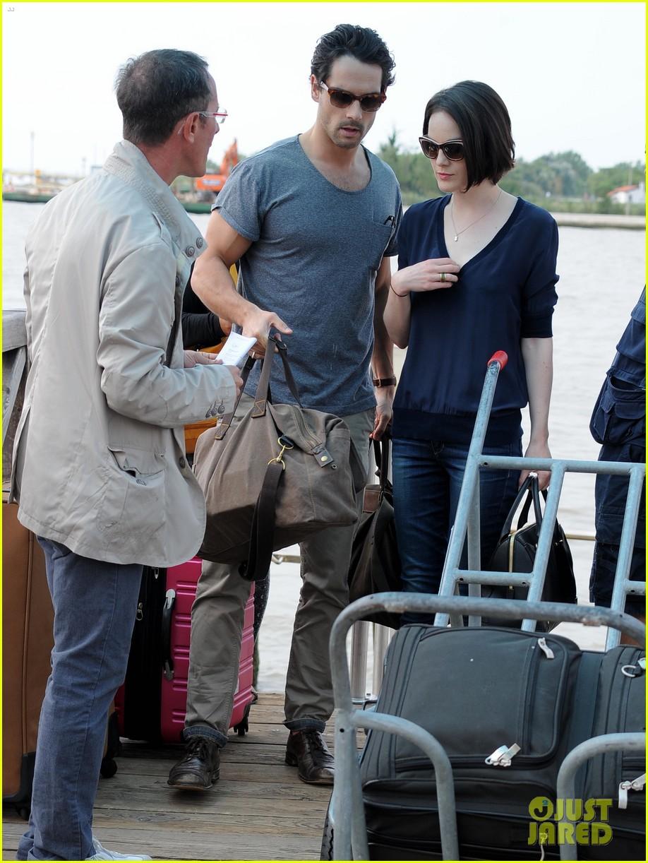 michelle dockery new boyfriend hold hands at venice airport 042941766