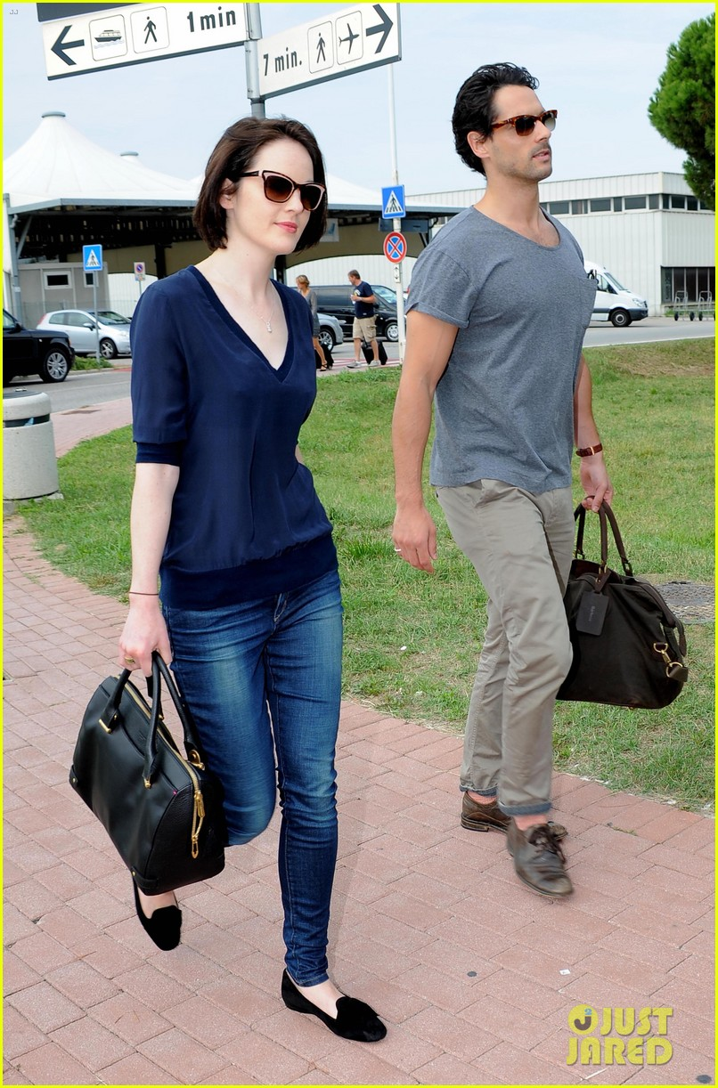 michelle dockery new boyfriend hold hands at venice airport 052941767