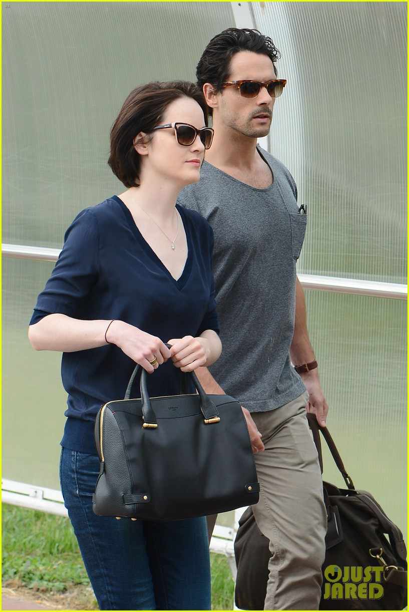 michelle dockery new boyfriend hold hands at venice airport 072941769