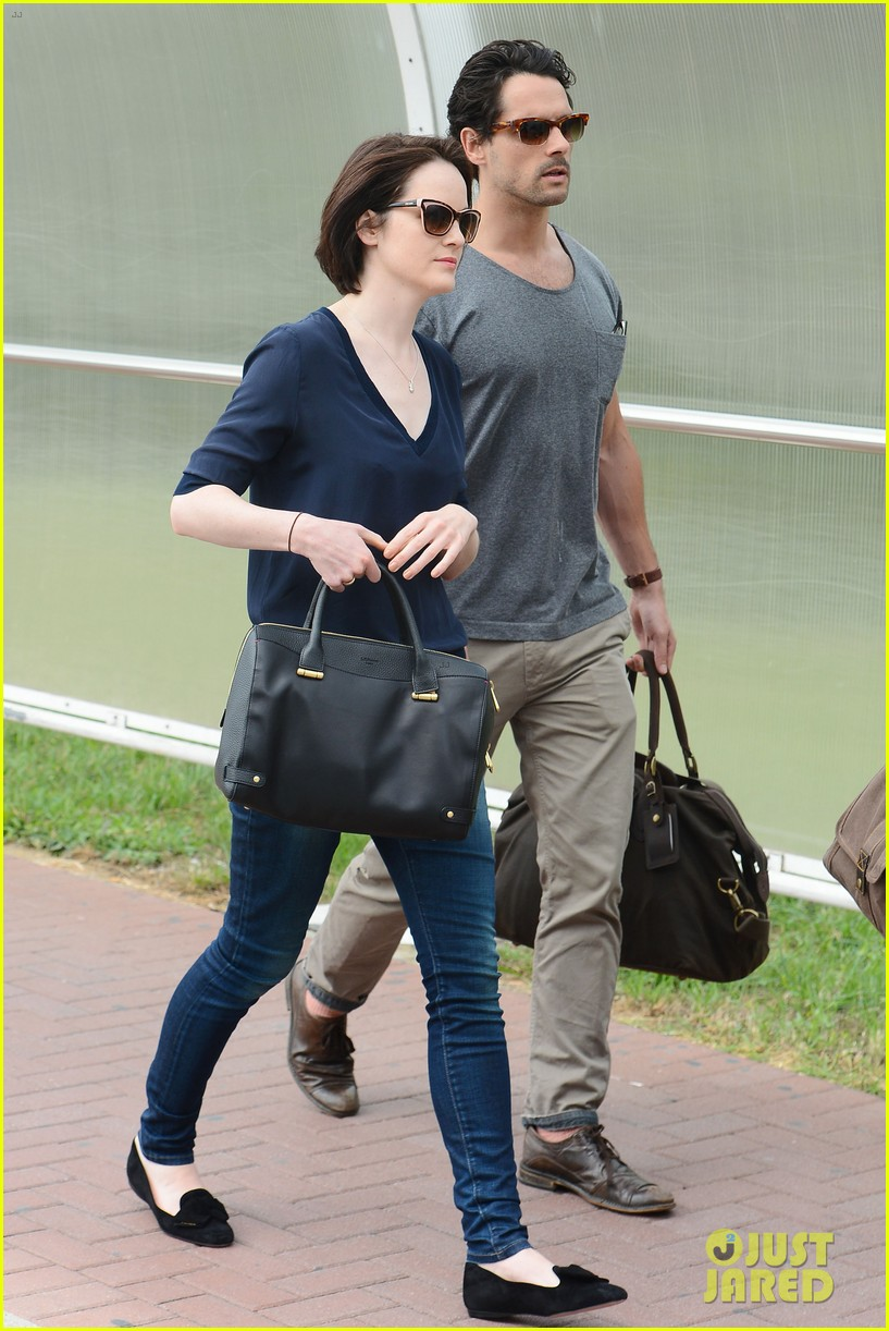 michelle dockery new boyfriend hold hands at venice airport 082941770
