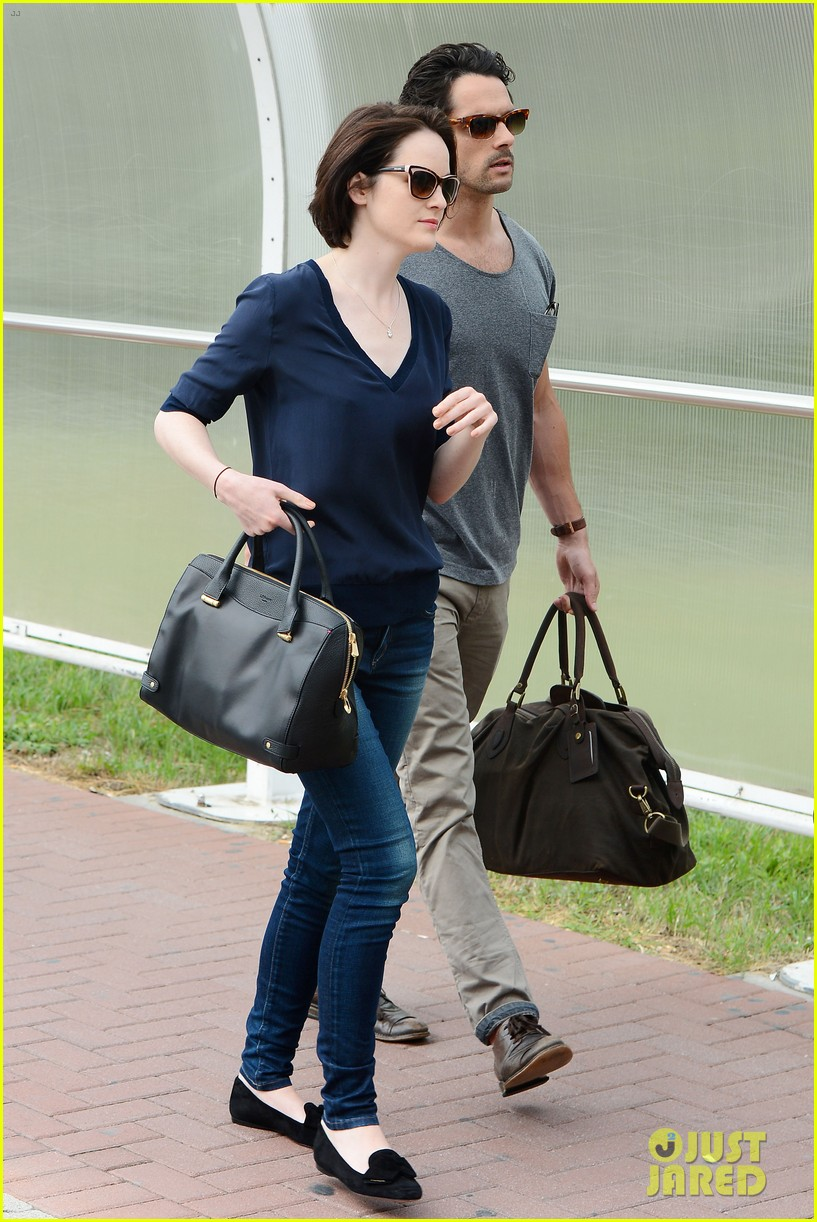michelle dockery new boyfriend hold hands at venice airport 102941772