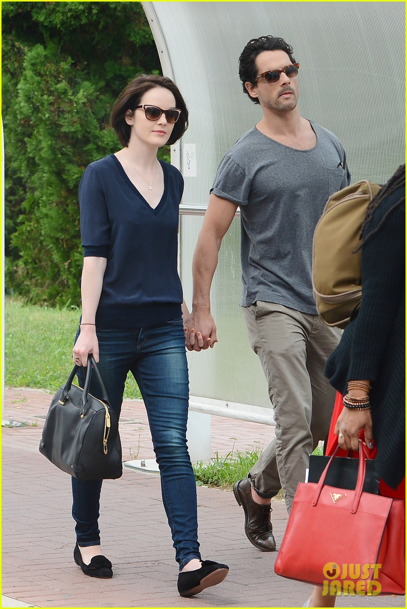michelle dockery new boyfriend hold hands at venice airport 152941777