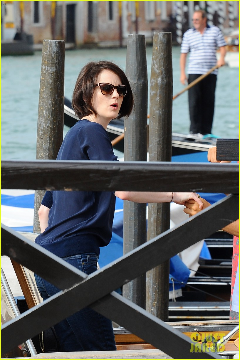 michelle dockery new boyfriend hold hands at venice airport 16