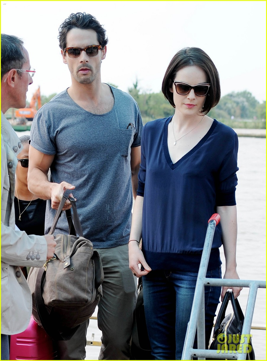 michelle dockery new boyfriend hold hands at venice airport 222941784