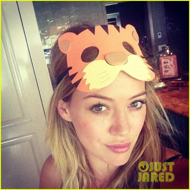 hilary duff skylar astin mom is a total babe 032941574