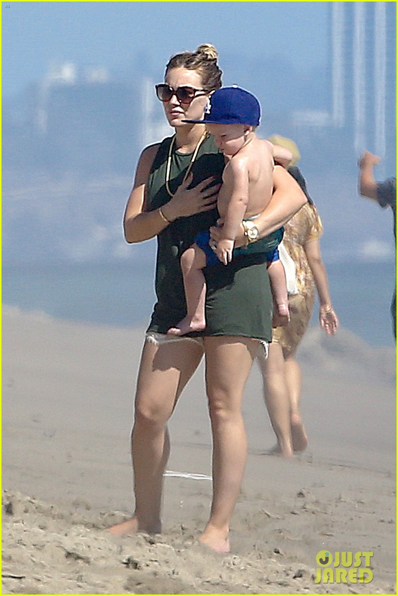 hilary duff mike comrie malibu beach with luca 02
