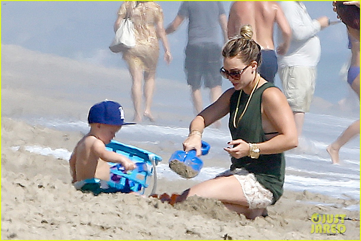 hilary duff mike comrie malibu beach with luca 08