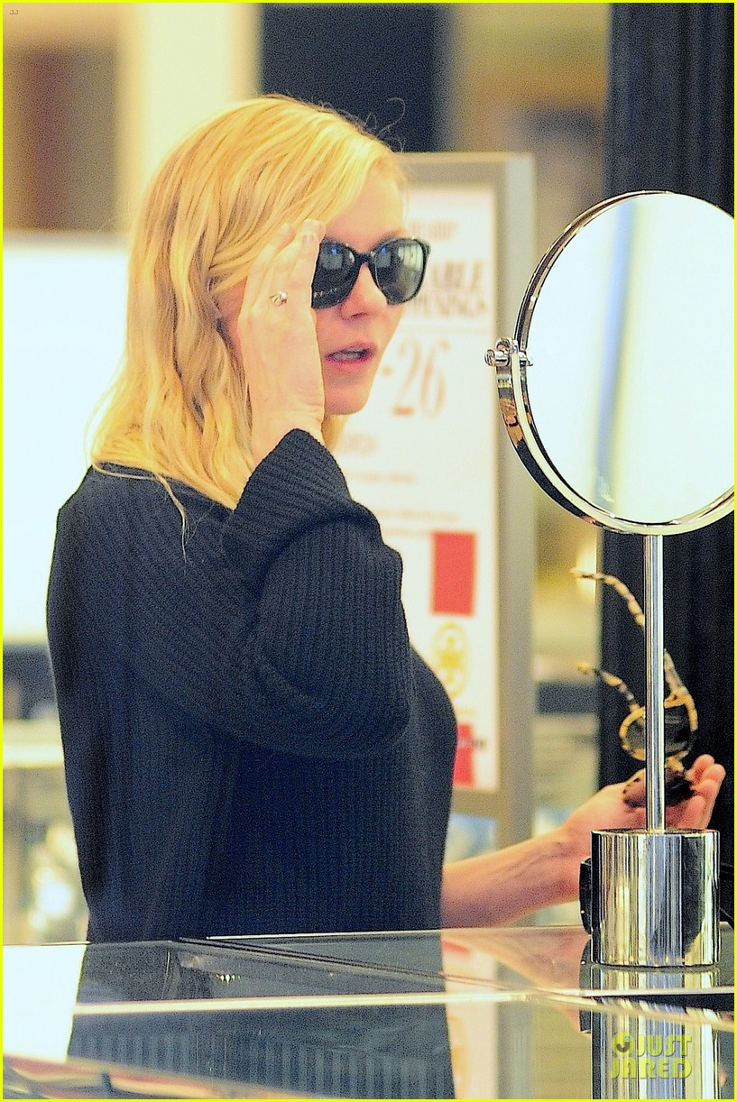 kirsten dunst shops for new sunglasses in nyc 042962079