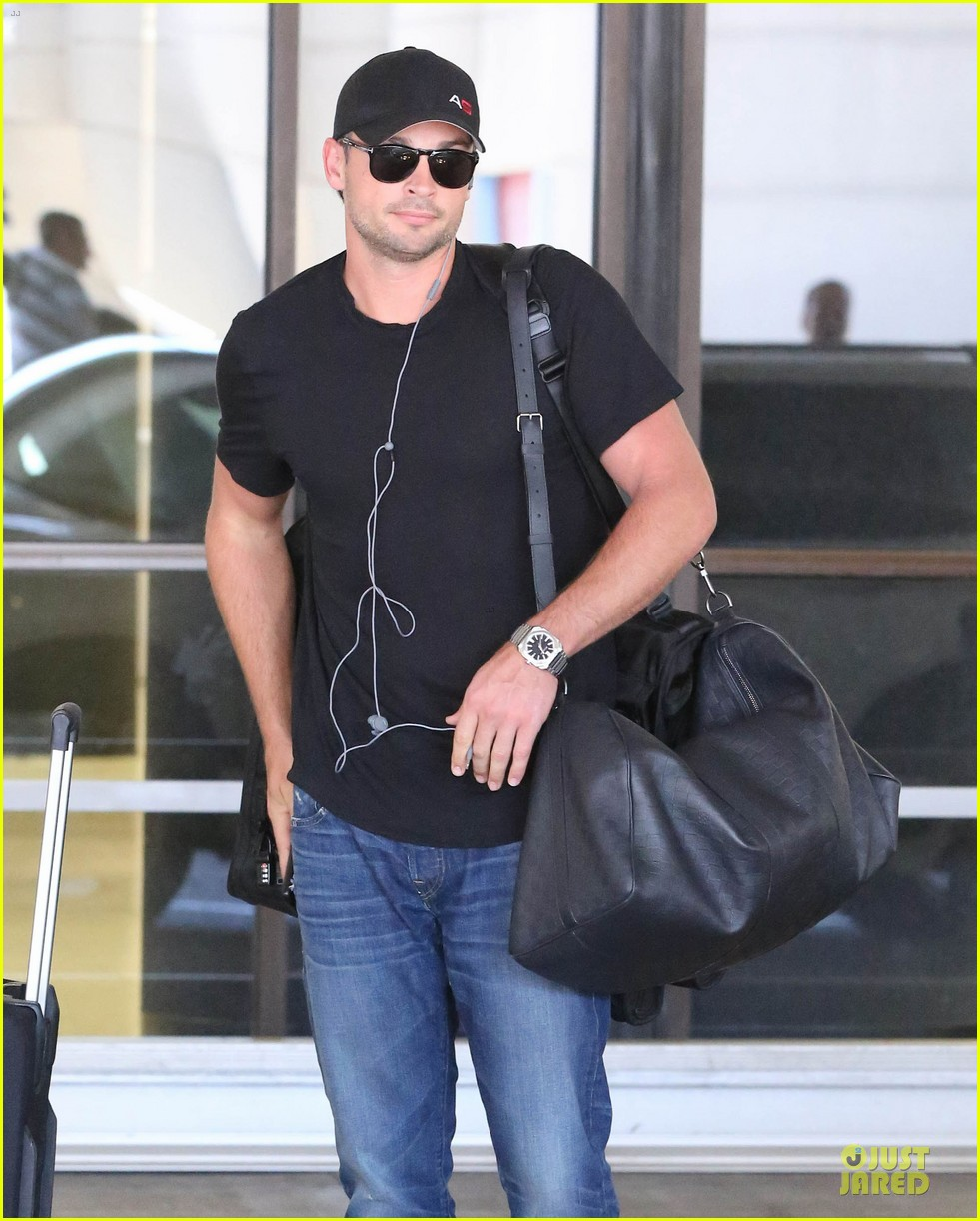 zac efron tom welling lax arrival after toronto film festival 042946131