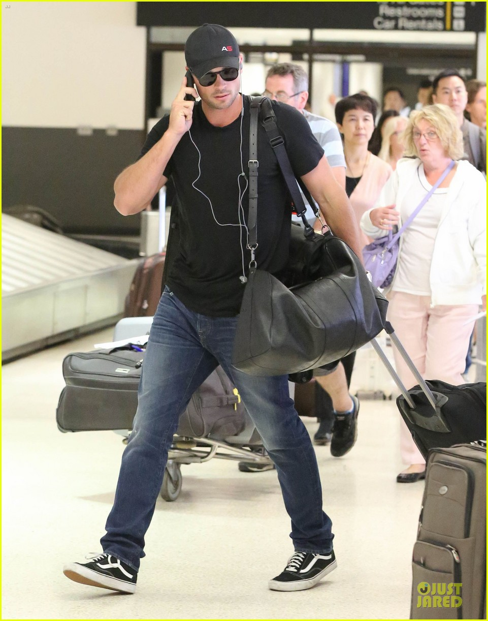 zac efron tom welling lax arrival after toronto film festival 122946139