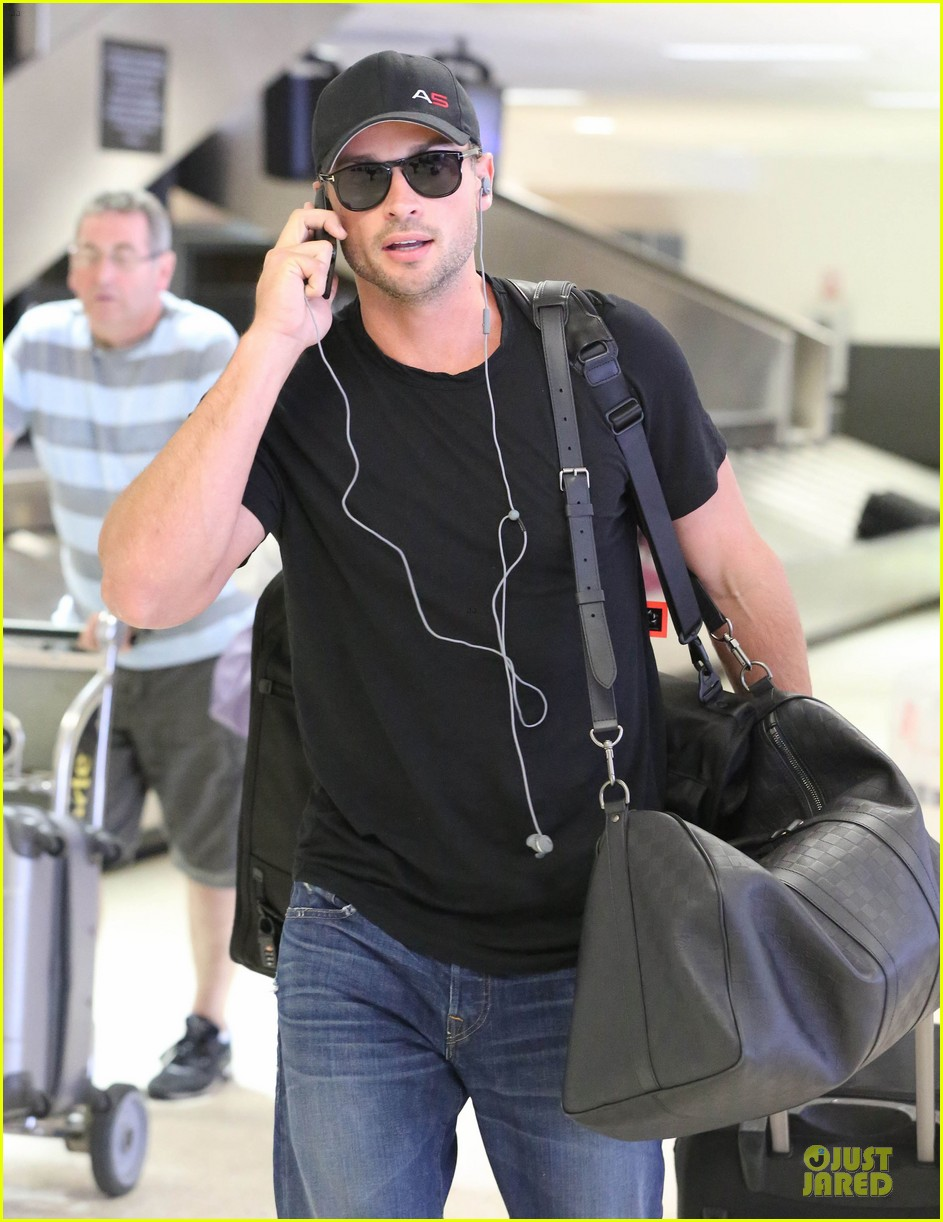 zac efron tom welling lax arrival after toronto film festival 142946141