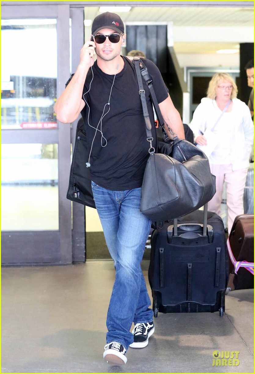 zac efron tom welling lax arrival after toronto film festival 162946143