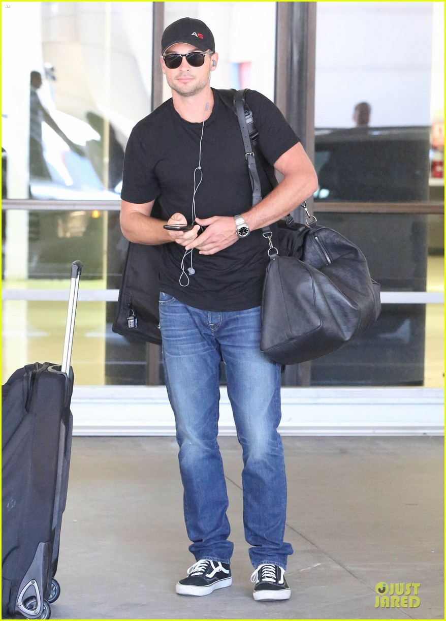 zac efron tom welling lax arrival after toronto film festival 182946145