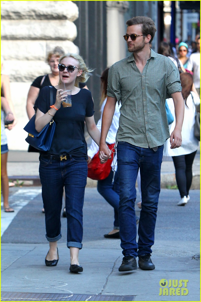 dakota fanning jamie strachan hold hands in new york 12