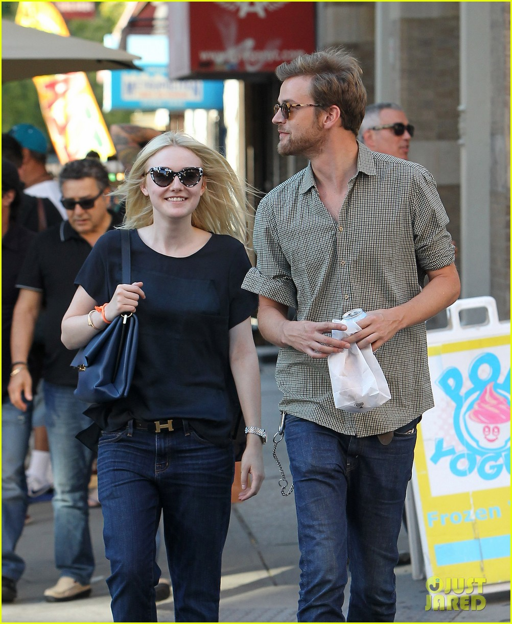 dakota fanning jamie strachan hold hands in new york 19