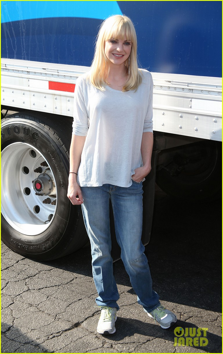 anna faris will forte cloudy cast supports food bank 11