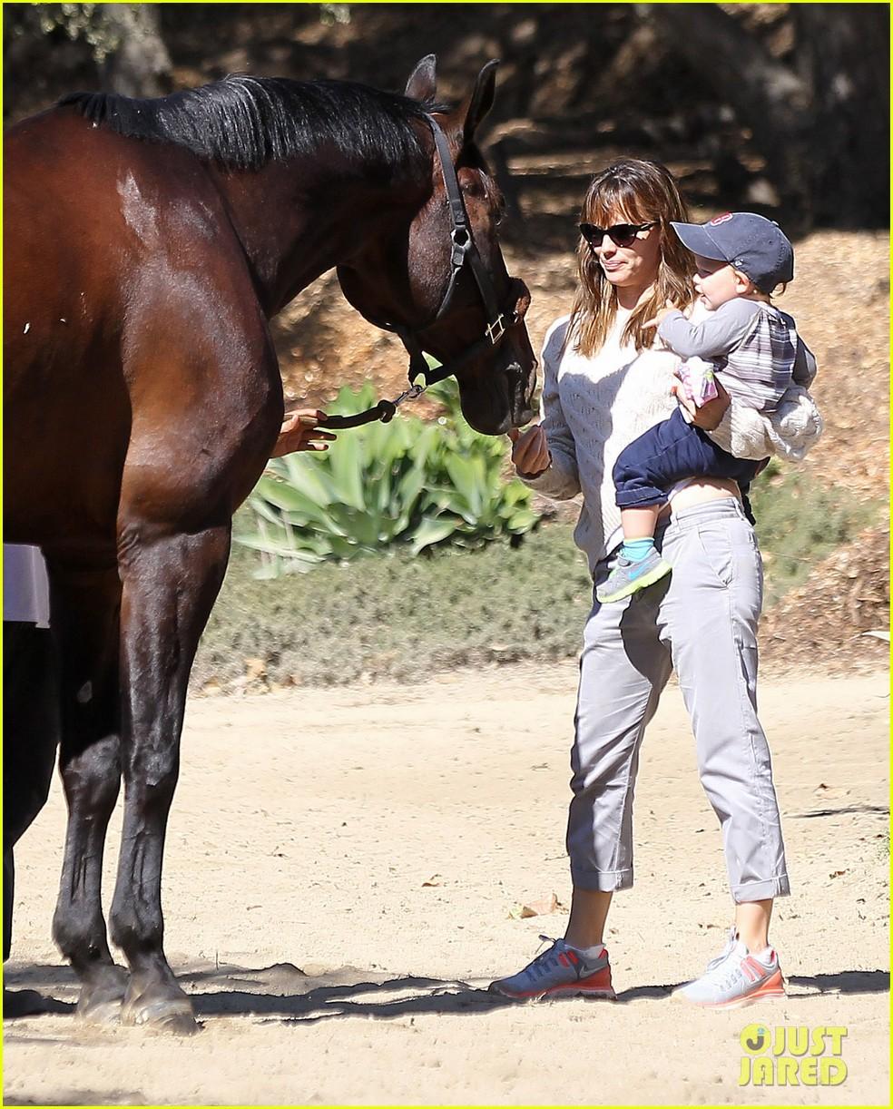 jennifer garner brings samuel to meet a horse 012953563
