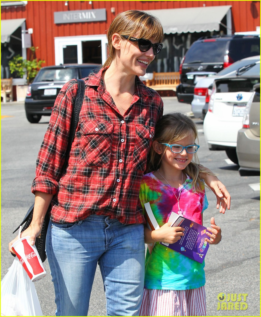 jennifer garner brings samuel to meet a horse 072953569