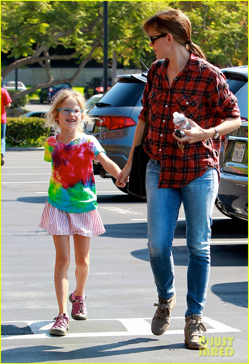 jennifer garner brings samuel to meet a horse 092953571